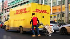Die DHL liefert künftig auch zu Wunschzeiten abends