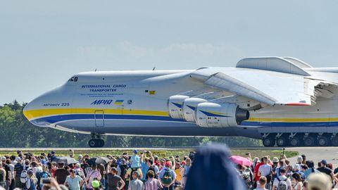Ein besonderer Gast auf der ILA: Die Antonov An-225, das größte Flugzeug der Welt, von dem es nur ein fliegendes Exemplar gibt.