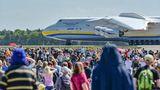Ein besonderer Gast auf der ILA: Die Antonov An-225, das größte Flugzeug der Welt, von dem es nur ein fliegendes Exemplar gibt, landete am Samstag in Berlin-Schönefeld.
