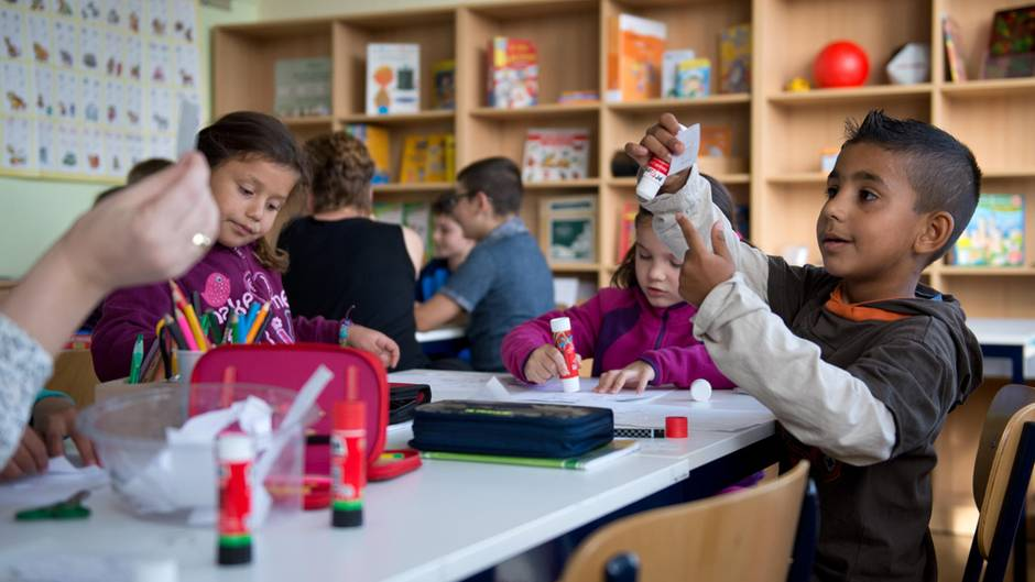 Flüchtlingskinder lernen in einer Schule in Sachsen Deutsch