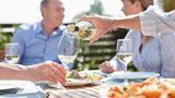 Weißwein ist an sich ja schon eine bessere Wahl als Pina Colada. Dennoch: Wer süßen Weißwein trinkt, nimmt pro Glas 160 Kilokalorien zu sich.