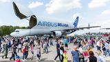 """Über eine große Klappe verfügt auch die """"Beluga"""", das Transportflugzeug von Airbus. Die A300-600ST fliegt Flugzeugsektionen zwischen den einzelnen Airbus-Standorten hin und her."""