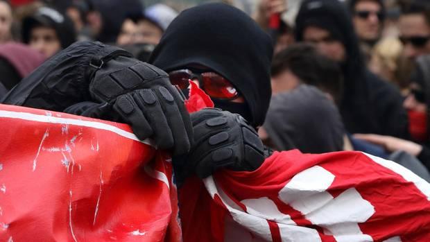 Vermummter Demonstrant mit schwarzem Kapuzenpulli am 1. Mai