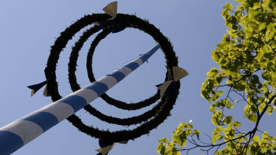 Zum Mai gehört in vielen Gemeinden der Maibaum (Symbolbild)