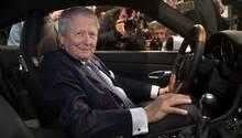 Porsche-Aufsichtsratsvorsitzender Wolfgang Porsche in einem Porsche 911
