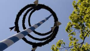 Maibaum-Unglück in Bayern: Die Spitze des Baumes krachte herunter - eine Frau starb