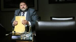 Der ehemalige Duisburger Oberbürgermeister Adolf Sauerland wartet als Zeuge auf den Beginn des Loveparade-Prozesses