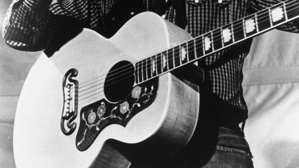 Gitarrenbauer Gibson Guitar Corporation meldet Insolvenz an: Elvis im Jahr 1957 mit einer Gibson J-200
