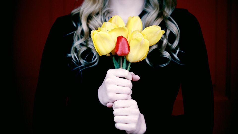 Frau mit Tulpen