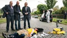 Ein Toter und eine Tasche voller Geld: Die Kommissare Freddy Schenk (Dietmar Bär, l.) und Max Ballauf (Klaus J. Behrendt, 3.v.l) mit Rechtsmediziner Dr. Joseph Roth (Joe Bausch, M.) am Tatort.