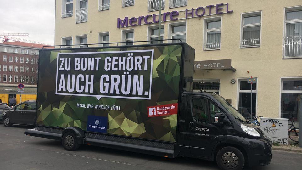 Bundeswehr-Truck vor der Re:publica