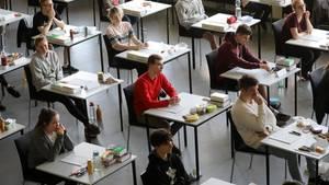 Schüler eines Rostocker Gymnasiums warten auf den Beginn der Mathematik-Abiturprüfung