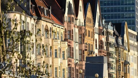 Prachtvolle Hausfassaden an der Rheinuferpromenade in Düsseldorf