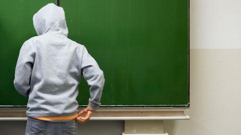 Ein Schüler an der Tafel