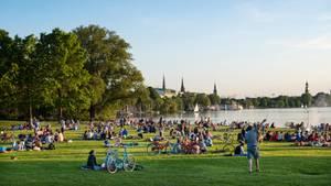 Platz 9. Hamburg  Als einzige Stadt Deutschland schafft es Hamburg mit 114 Quadratmetern pro Einwohner unter die Top Ten der grünen Städte. Kein Wunder bei den zentral um die Außenalster gelegenen Parkanlagen, dem riesigen Stadtpark und dem Ohlsdorfer Friedhof.