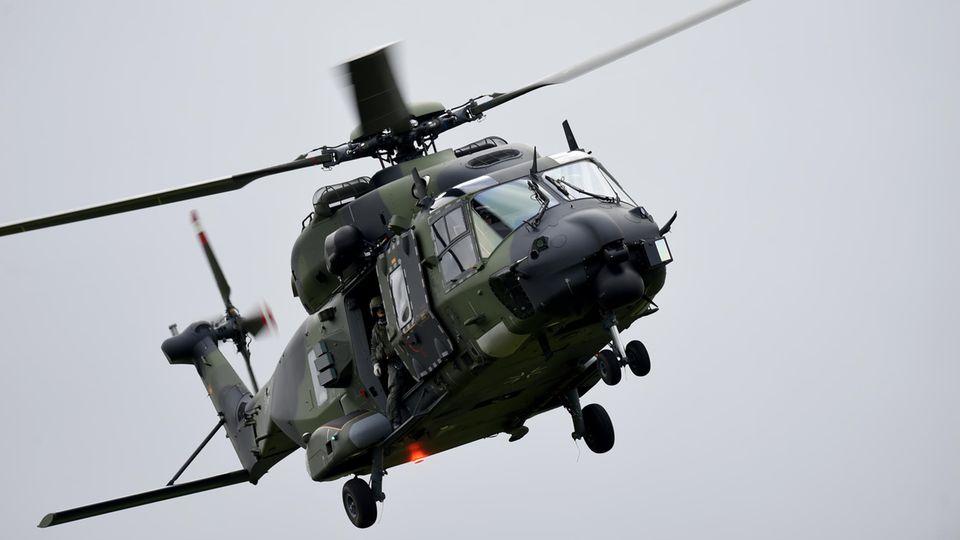 Ein Mehrzweckhubschrauber NH90 der Heeresflieger in der Nähe von Ahrenviölfeld in Schleswig-Holstein