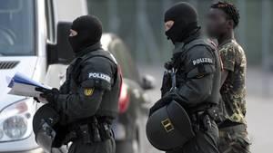 Polizisten eskortieren einen Togolesen nach dessen gescheiterter Abschiebung aus der Flüchtlingsunterkunft in Ellwangen