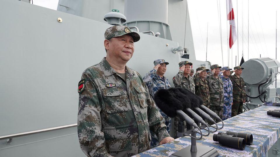 Chinas Staatschef Xi Jinping auf einem Marineschiff im Südchinesischen Meer