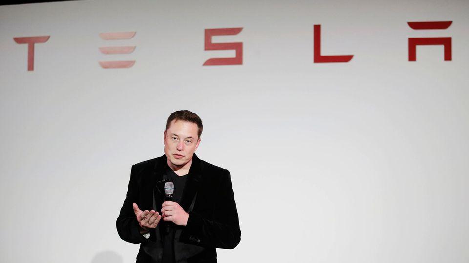 Tesla-Chef Elon Musk spricht im Hauptquartier
