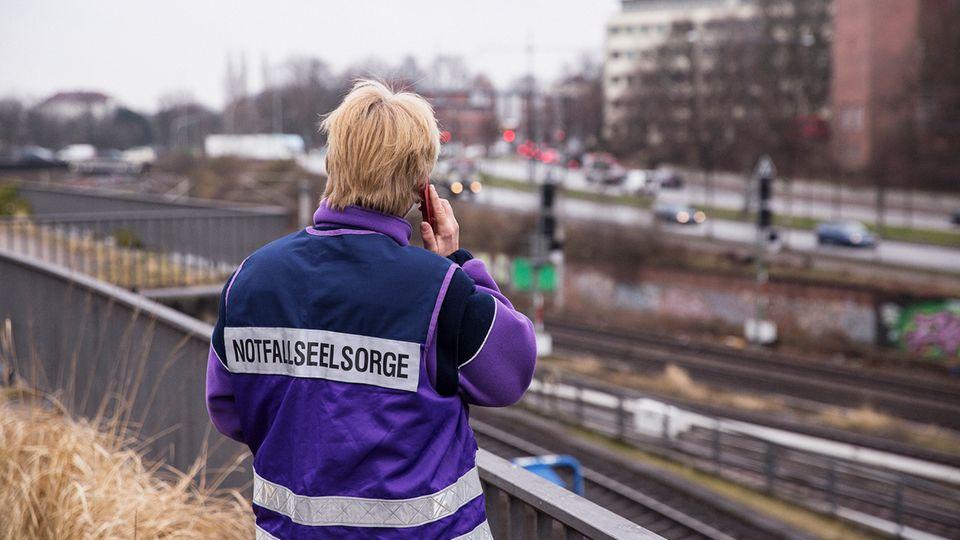 Oft steht Margarethe Kohl in Hamburg Zugführern von U- oder S-Bahnen bei. In der Hansestadt gerät fast jede Woche ein Mensch unter einen Zug. Die Zugführer leiden unter den Folgen dieser Todesfälle, oft Suizide. Viele stehen unter Schock.