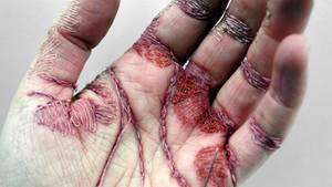 Eine mit dünnem Garn bestickte Handinnenfläche