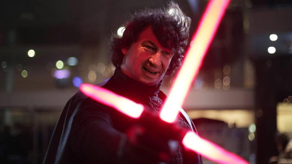 Markus Söder mit einem Jedi-Schwert in der Hand