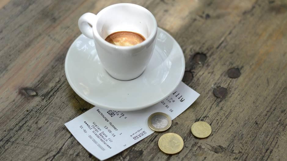 trinkgeld irrtum frau zahlt f r kaffee und kuchen ber. Black Bedroom Furniture Sets. Home Design Ideas
