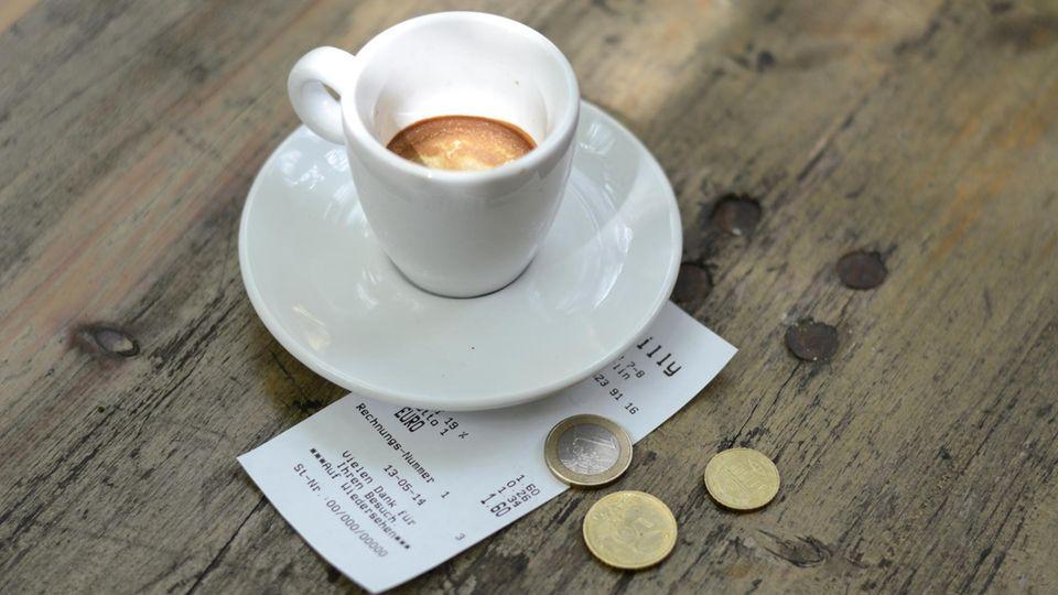 Trinkgeld neben einer Kaffeetasse