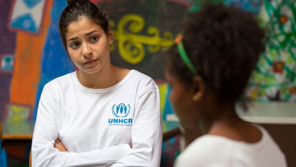 Sie kann nur mit Worten helfen: Mardini im Gespräch mit einer Afrikanerin in Sizilien