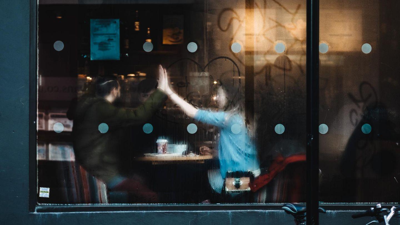 Mann und Frau sitzen gemeinsam im Café