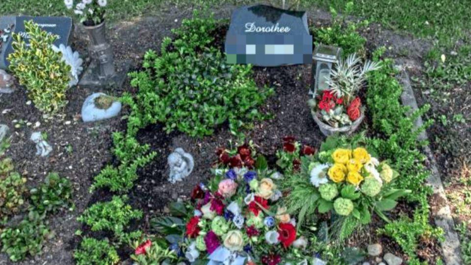 Hier liegt Marks Mutter begraben. Und neben ihr wurde auch der Sohn bestattet, nachdem man ihn aus der Eibe geborgen hatte