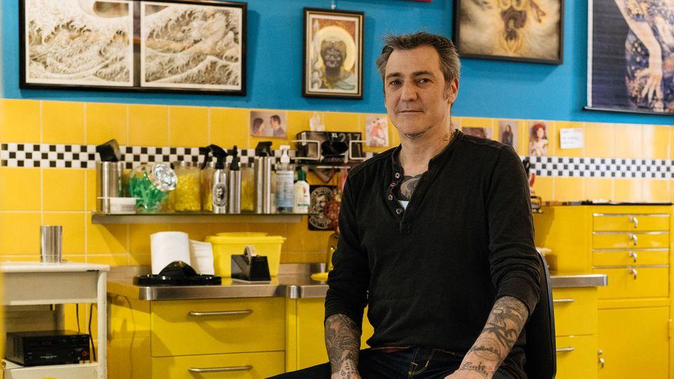 """Luke Atkinson, Tätowierer des traditionellen japanischen Stils, leitet das Studio """"Checker Demon"""" in Stuttgart, checkerdemon- tattoos.de"""