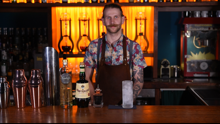 Damian ist Barkeeper in der Hamburger Drip Bar