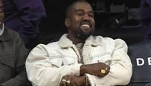 Kanye West bei einem Basketballspiel