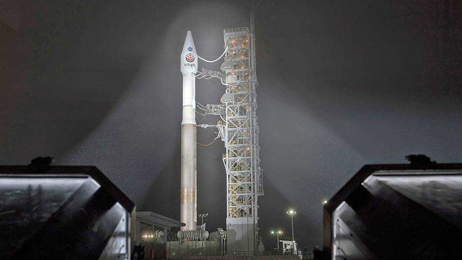 Auf der Vandenberg Air Force Base in Kalifornien: Die Atlas-V-Rakete der United Launch Alliance (ULA) mit dem Lander InSight an Bord, kurz nachdem der mobile Serviceturm zurückgerollt worden ist.
