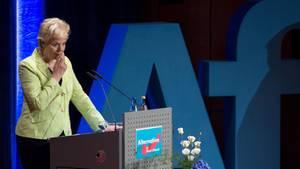 Erika Steinbach vor dem AfD-Logo