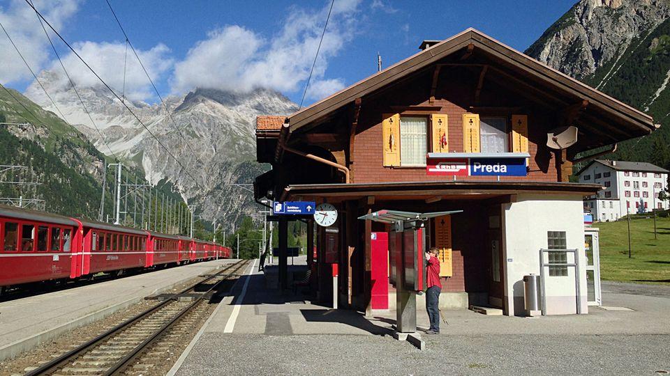 Bild 1 von 12der Fotostrecke zum Klicken:  Aussteigen und loswandern in Graubünden: die Station Preda derRhätischen Bahn, wo derBahnerlebnisweg Albulaentlang der Unesco-Welterbestrecke beginnt.