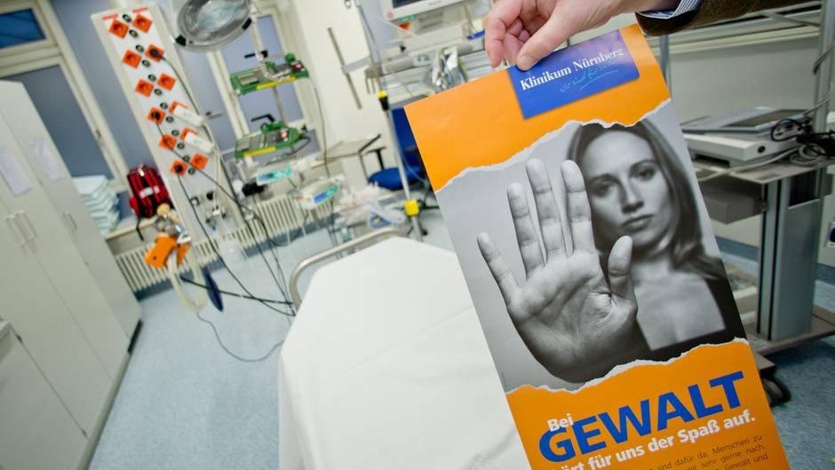 """Ein Plakat mit der Aufschrift """"Bei Gewalt hört für uns der Spaß auf"""" ist Anfang 2015 in der Notaufnahme im Klinikum Nürnberg"""