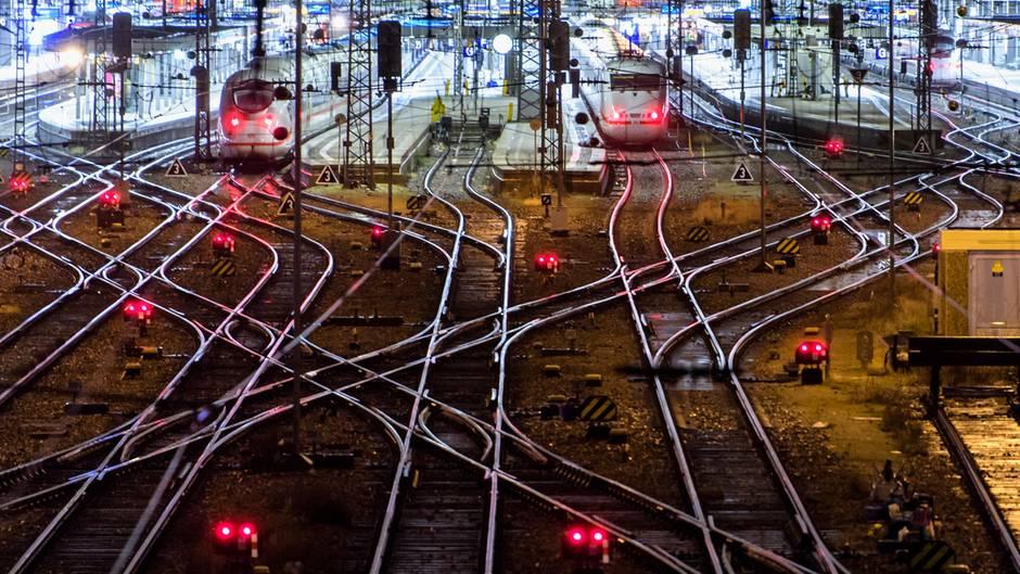Böse Überraschung auf dem Bahnsteig: Der Zug fährt nicht ein, sondern fällt aus. Im Jahr 2017 nahm die Zahl der Zugausfälle um 20 Prozent auf 140.000 zu.