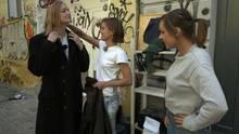 stern TV unterwegs mit Anna und Karina, die in den Straßen Berlins regelmäßig fündig werden. Die Menschen haben viel zu verschenken.