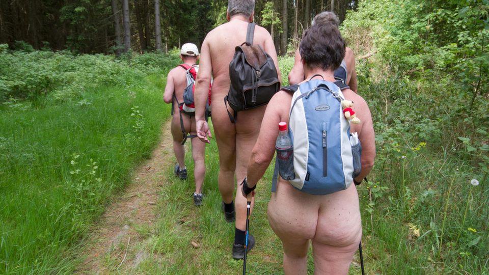 Nacktwanderer eröffnen die Nacktwanderersaison im Wippertal im Harz