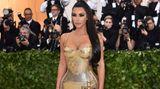 Kim Kardashian funkelte in einer hautengen Robe von Versace, die das Thema katholische Kirche immerhin mit zwei Kreuzen aufgriff.
