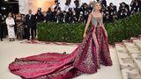 Meterlange Schleppen haben bei der Met-Gala Tradition. Schauspielerin Blake Lively präsentierte eine prunkvolle Kreation von Versace.