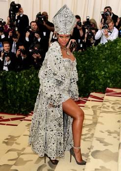 """Die Kopfbedeckung von Rihanna (in Maison Margiela) erinnerte an die Mitra des Papstes. Das Motto der diesjährigen Met-Gala lautete """"Himmlische Körper: Mode und die katholische Vorstellungskraft"""" und musste extra von der Kirche abgesegnet werden."""