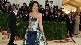 """Organisiert wird die Met-Gala jedes Jahr von """"Vogue""""-Chefredakteurin Anna Wintour. In diesem Jahr erhielt sie Unterstützung von Anwältin Amal Clooney, die in einer eigenwilligen Kreation mit Hose und Schleppe überraschte. Clooneys Outfit stammt von dem britischen Designer Richard Quinn."""