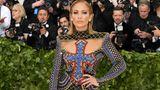 Jennifer Lopez (in Balmain) bewies, dass man Kreuz tragen und gleichzeitig Haut zeigen kann.