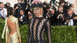 So sieht dann wohl der Stoff gewordenen Beichtstuhl aus: Die Frau hinter dem Vorhang ist Model Cara Delevingne (in Dior).