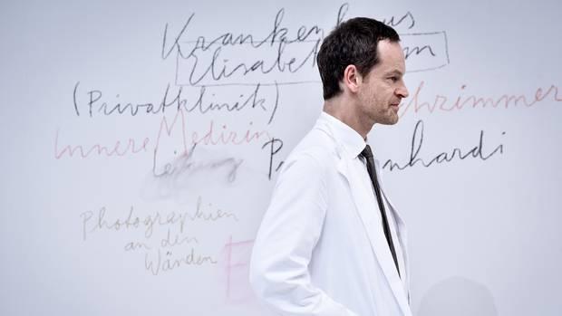 """Häufiger Rollenwechsel: Hartmann im Theaterstück """"Professor Bernhardi"""" an der Berliner Schaubühne"""