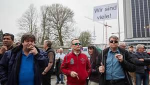 Demonstranten bei der Merkel muss weg-Demonstration in Hamburg