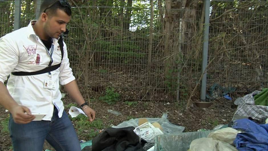 """""""Müllsheriff"""" Frank Hetzke versucht Müllsünder, die ihren Krempel einfach in Berlins Straßen entsorgen, anhand der Sachen zu identifizieren."""